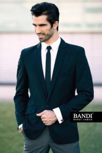 Příklad kombinace černého saka a šedých kalhot