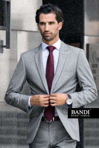 Na svatbu se skvěle hodí světlejší obleky, jako je například světle šedý