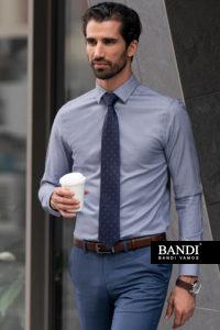 Světle modrá košile je skvělou volbou do kanceláře