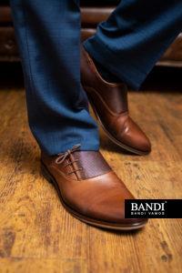K modrému obleku například do práce se skvěle hodí hnědá obuv